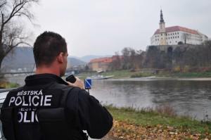 MP Děčín - Strážníci zadrželi muže, který se ukájel před školáky