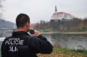 MP Děčín - Muž útočil na chodce, strážníci ho zpacifikovali