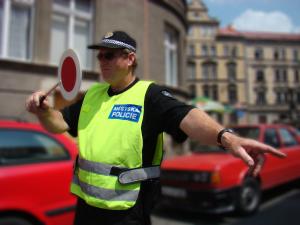 MP Děčín - strážník zastavuje vozidlo